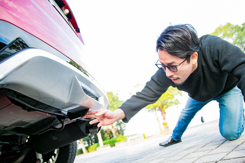 VEZEL Modulo Xの車体の下を見る小柳津林太郎