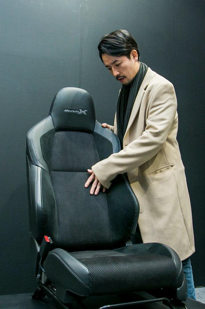 VEZEL Modulo Xの専用フロントスポーツシートを見る小柳津林太郎