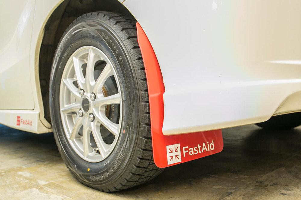 フリードスパイクの泥よけ(マッドフラップ)は、小澤さんが共同代表理事を務める団体「FastAid」のロゴ入り