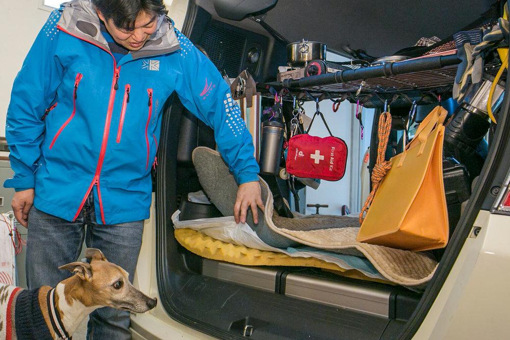 フリードスパイクの荷室にはウレタンスポンジにペット用トイレシーツ、丸洗い可のマットを重ねている