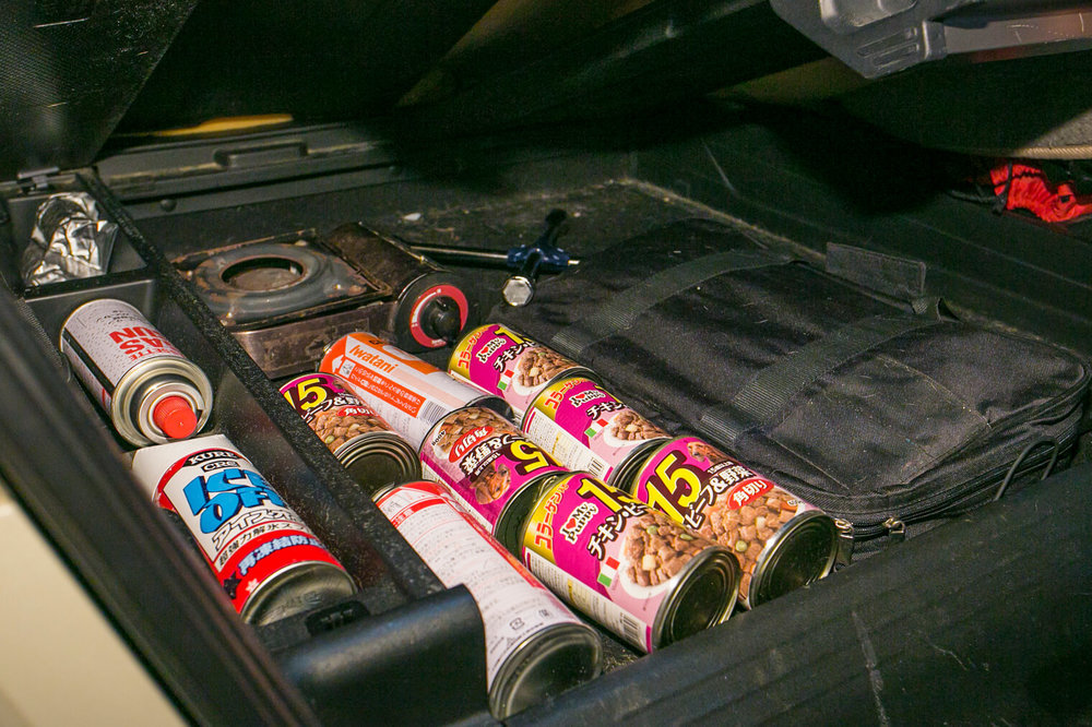 フリードスパイクの床下収納スペースに並ぶ犬用の缶詰