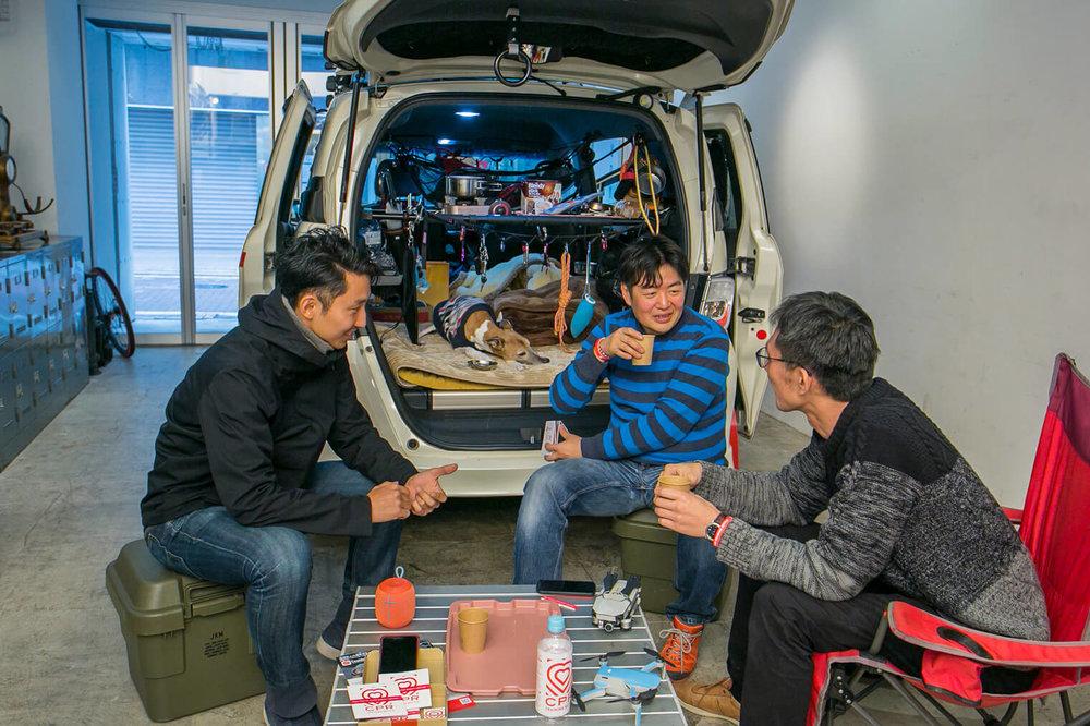 ガレージで話をする男性たち