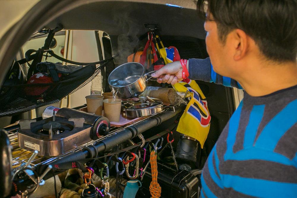 フリードの車内でお湯を沸かしてコーヒーを入れる男性