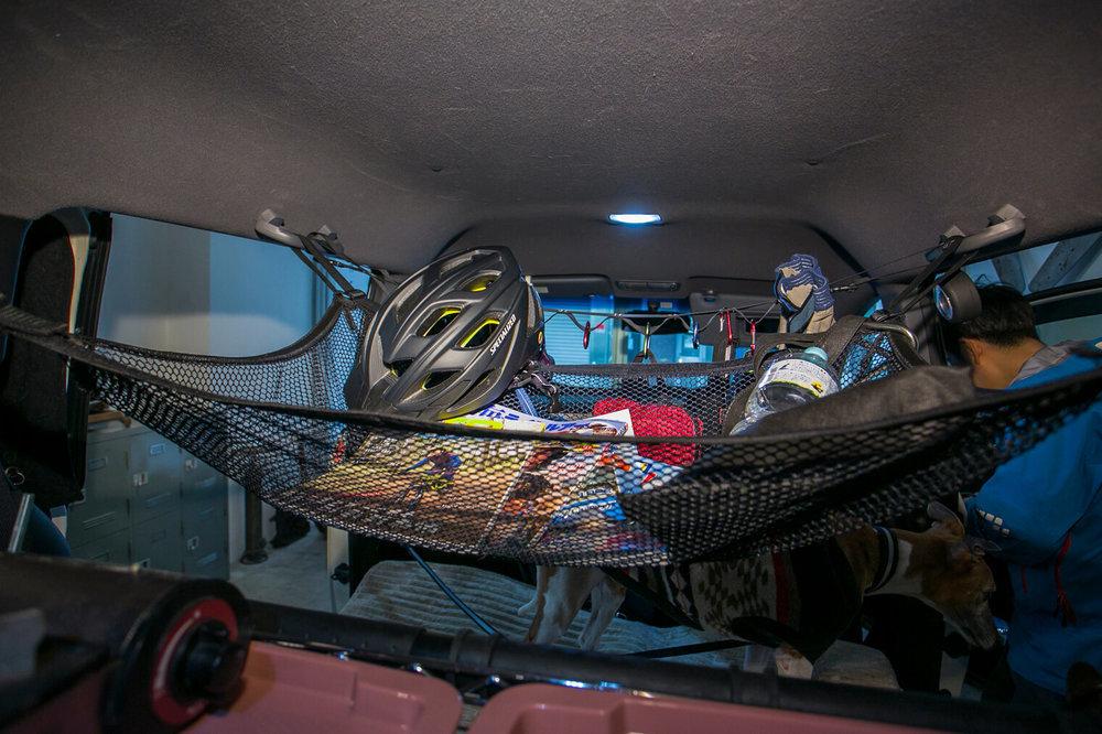 車内の天井に張ったネットに小物を収納