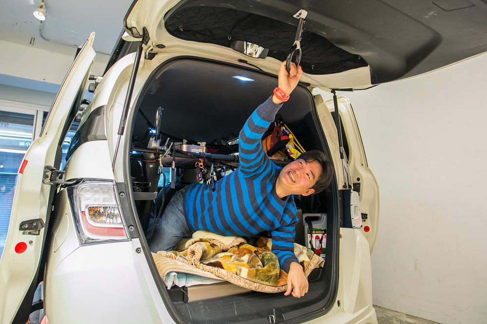 リアゲートの内側に吊り輪を付けると、車の中から吊り輪を引っ張ることでリアゲートを閉められる