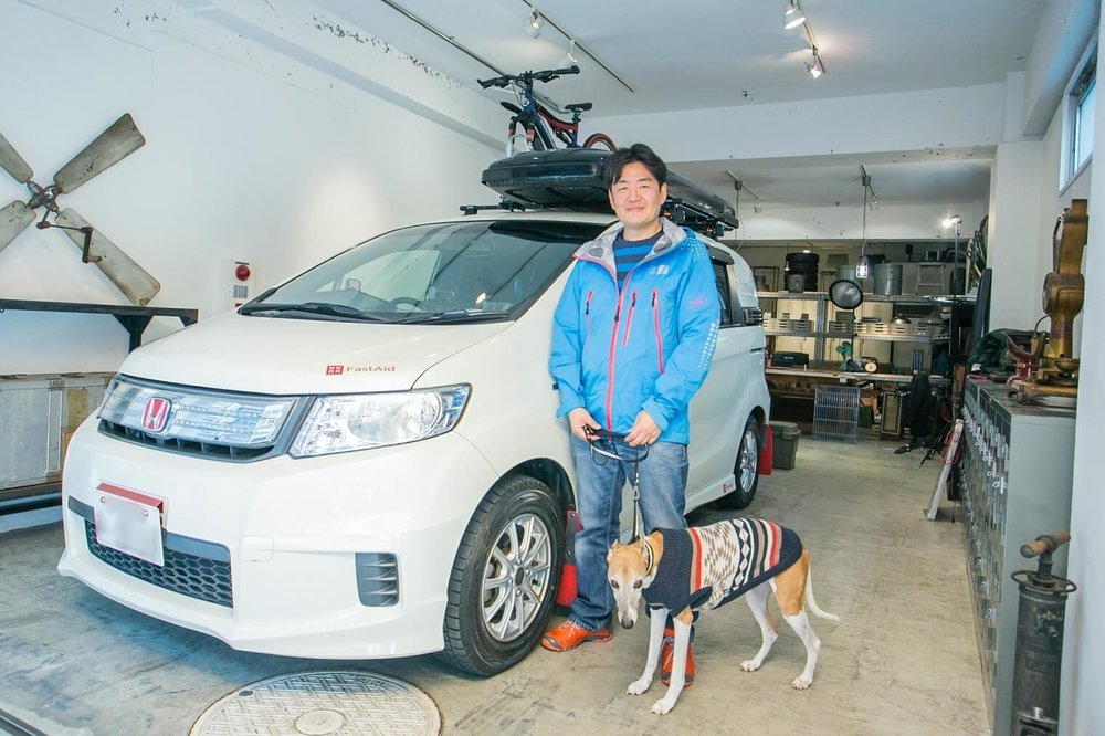 Honda フリードスパイクの横に立つ男性とペットの犬