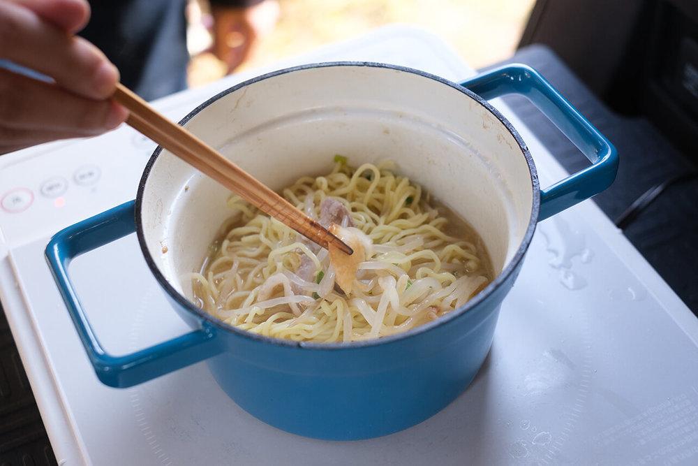 シメの麺をN-VANキッチンで作っている様子