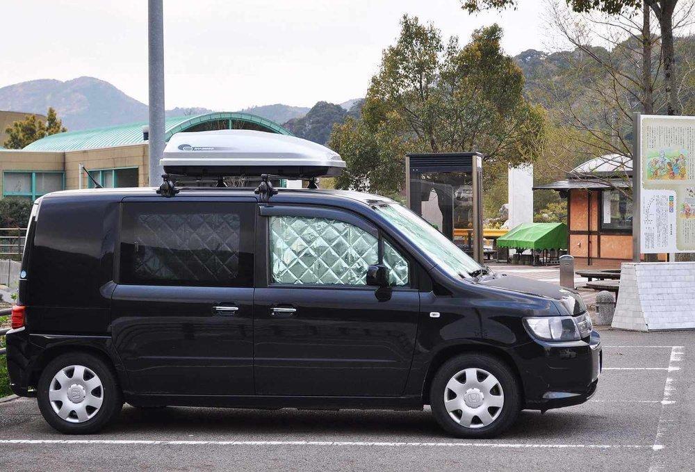 車中泊のプロがおすすめ便利グッズ、車中泊の必需品、装備と道具を紹介。窓の内側にシェードをつけたクルマ