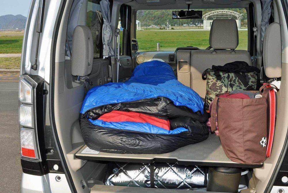 車中泊のプロがおすすめ便利グッズ、車中泊の必需品、装備と道具を紹介。車中泊のグッズが積み込まれたクルマ