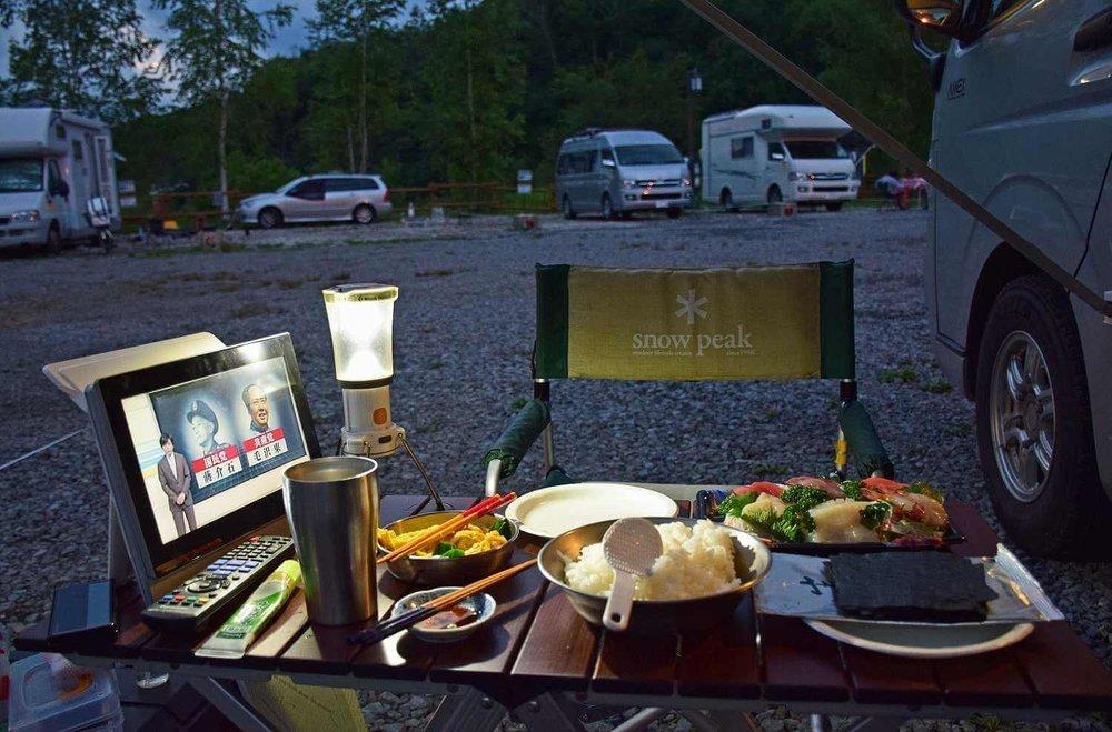 車中泊のプロがおすすめ便利グッズ、車中泊の必需品、装備と道具を紹介。オートキャンプ場で、スノーピークのテーブルとイスで食事
