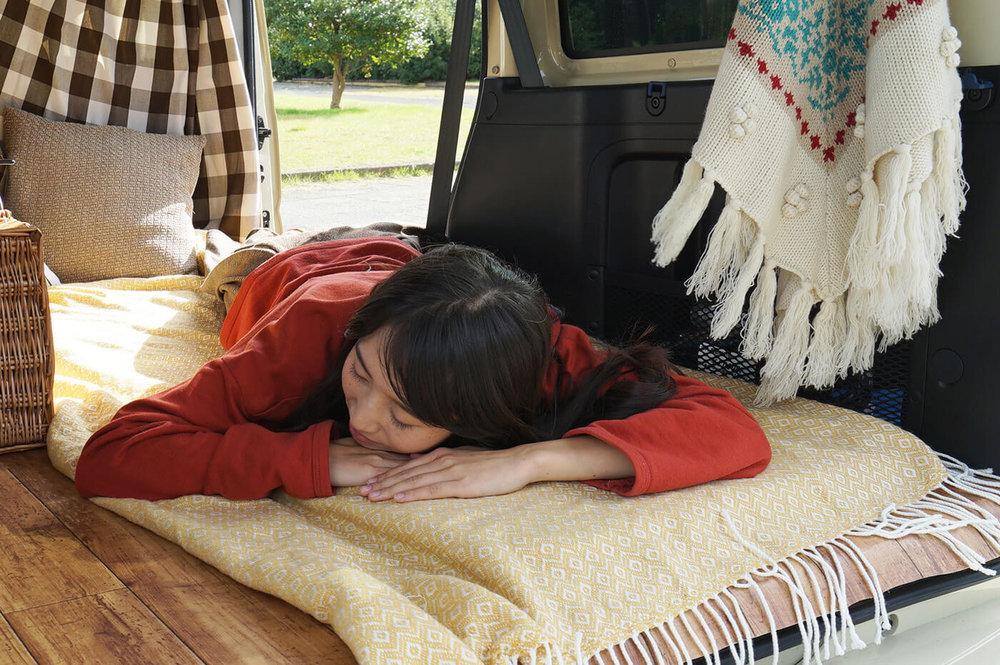 車中で眠る森風美さんのイメージ