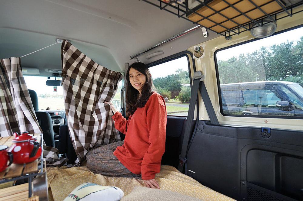 カーテンを紹介する森風美さん