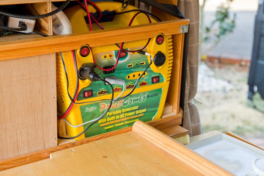 N-VAN内の棚に設置したサブバッテリー