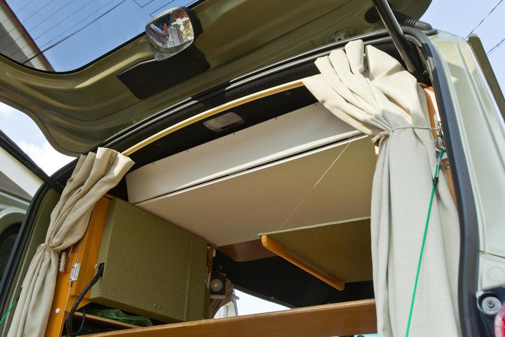 天井に設置した収納棚