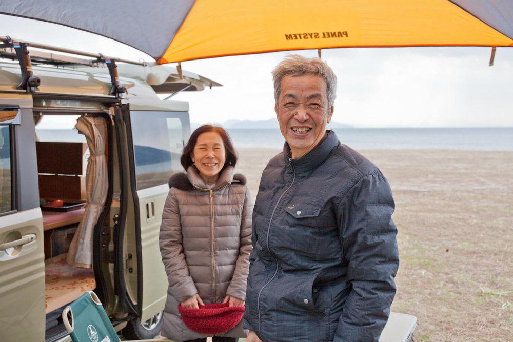 琵琶湖畔のキャンプ場で、笑顔いっぱいのご夫婦