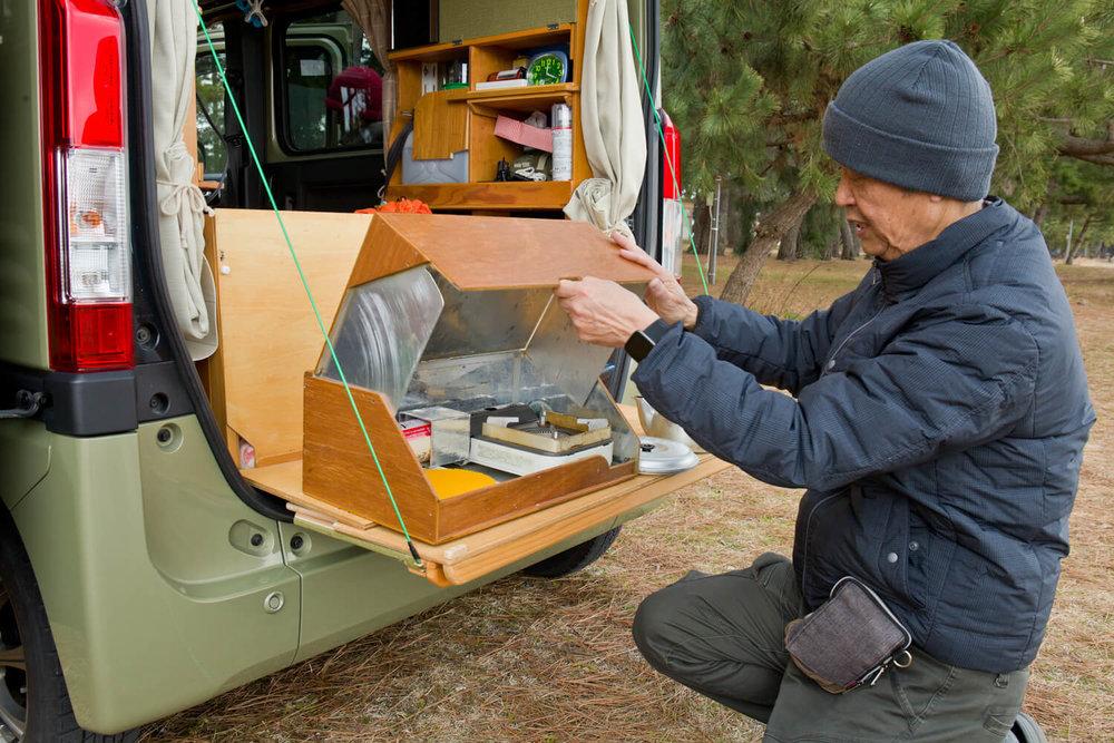 木箱を開ける男性