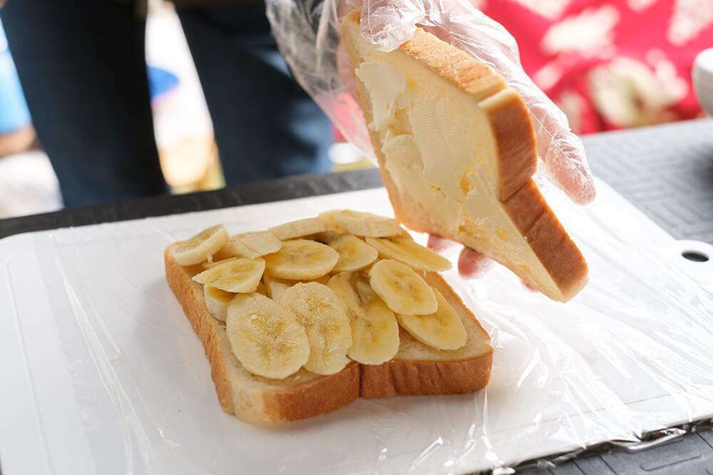 パンをサンドするところ