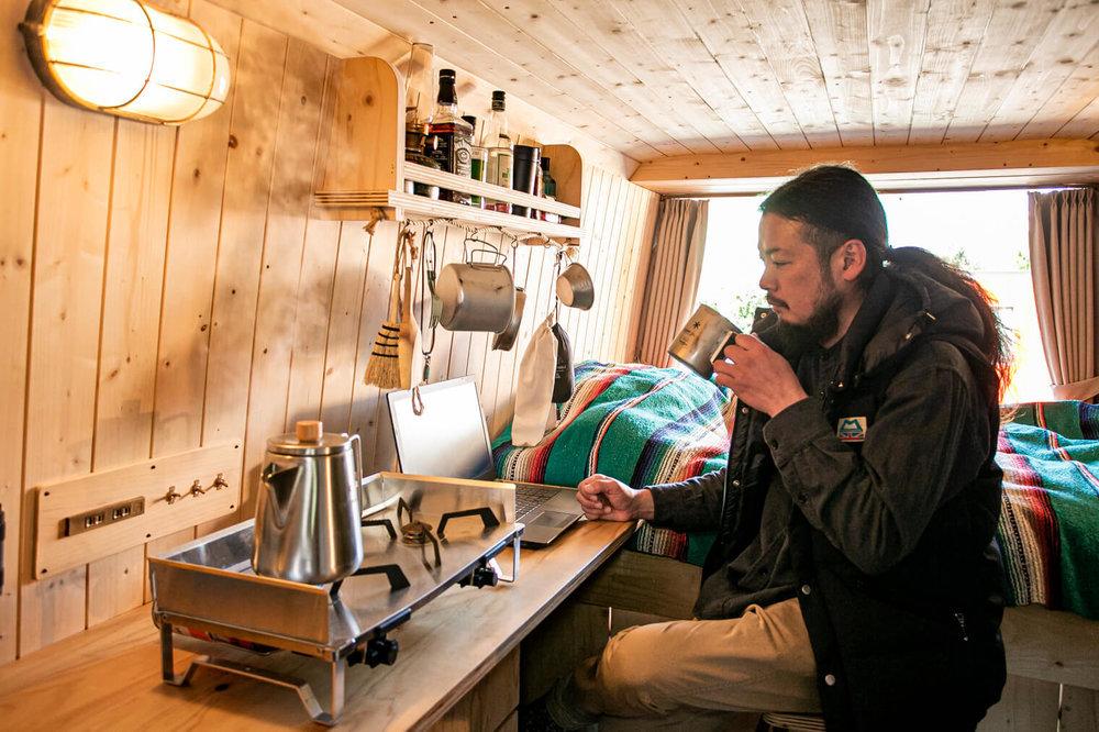 コーヒーを飲む鈴木さん