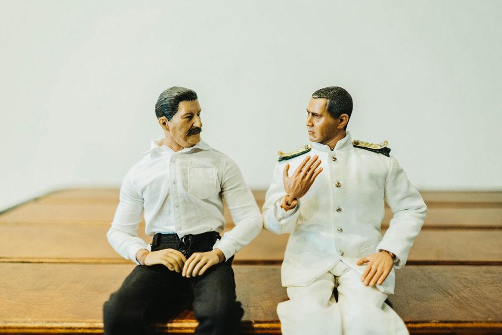 ヨシダさんとミフネさんが並んで座って話している