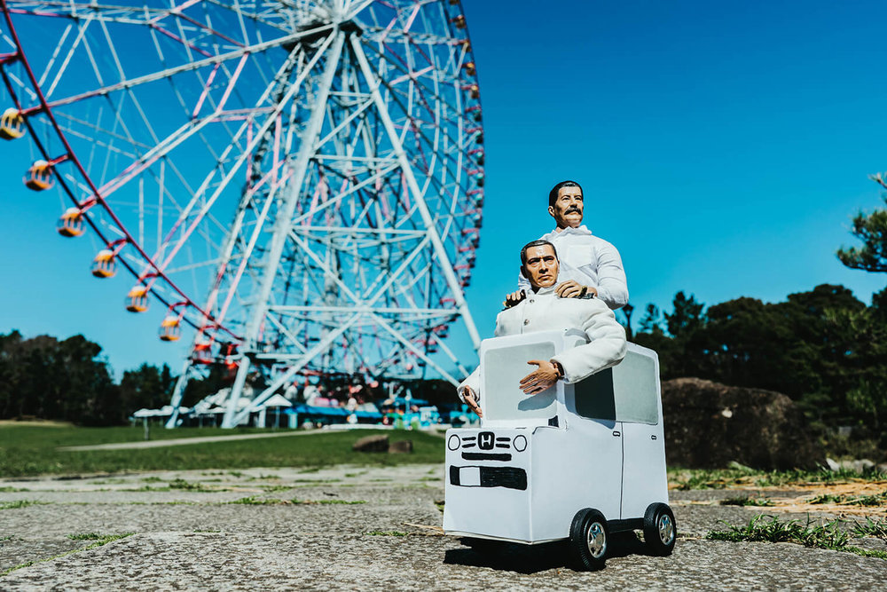 ミフネカーに乗るミフネさんとヨシダさん