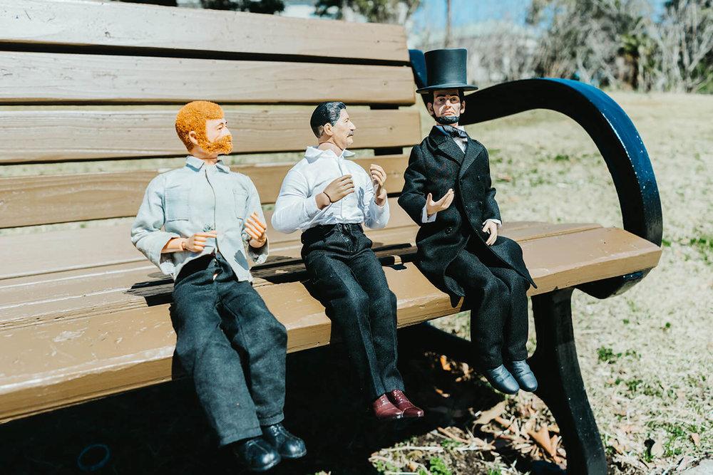 公園のベンチで、ヨシダさんがとなりに座っているおじさんに話しかけている