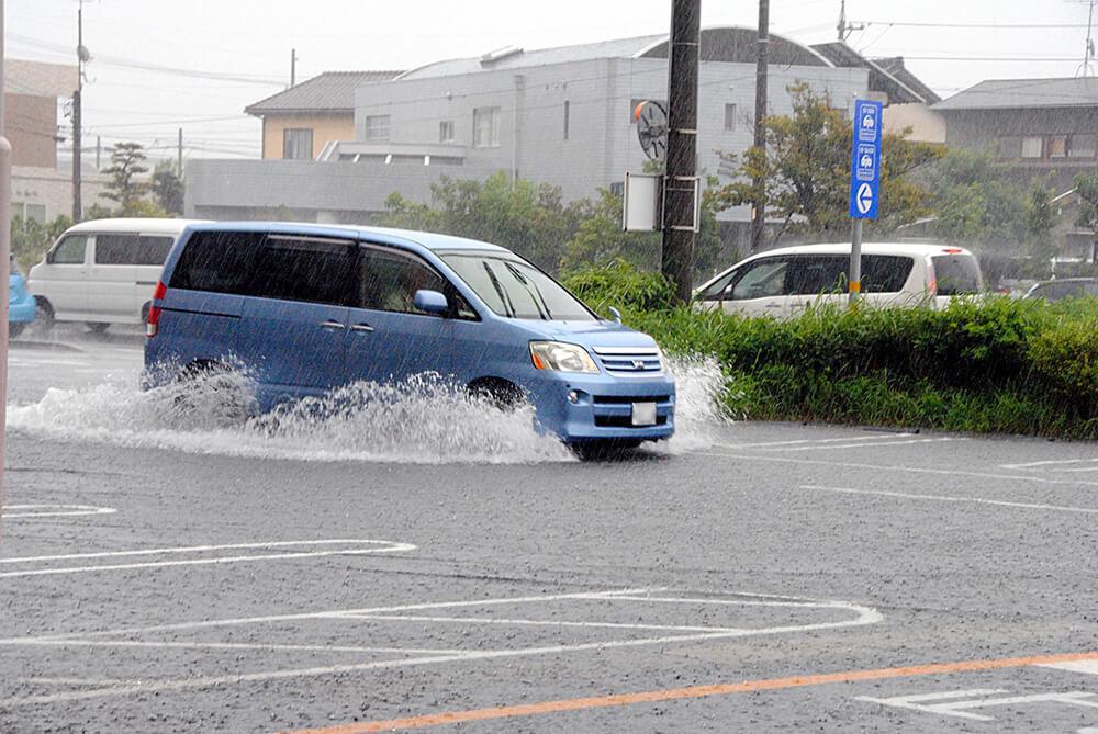 大雨の中をクルマが走っている様子