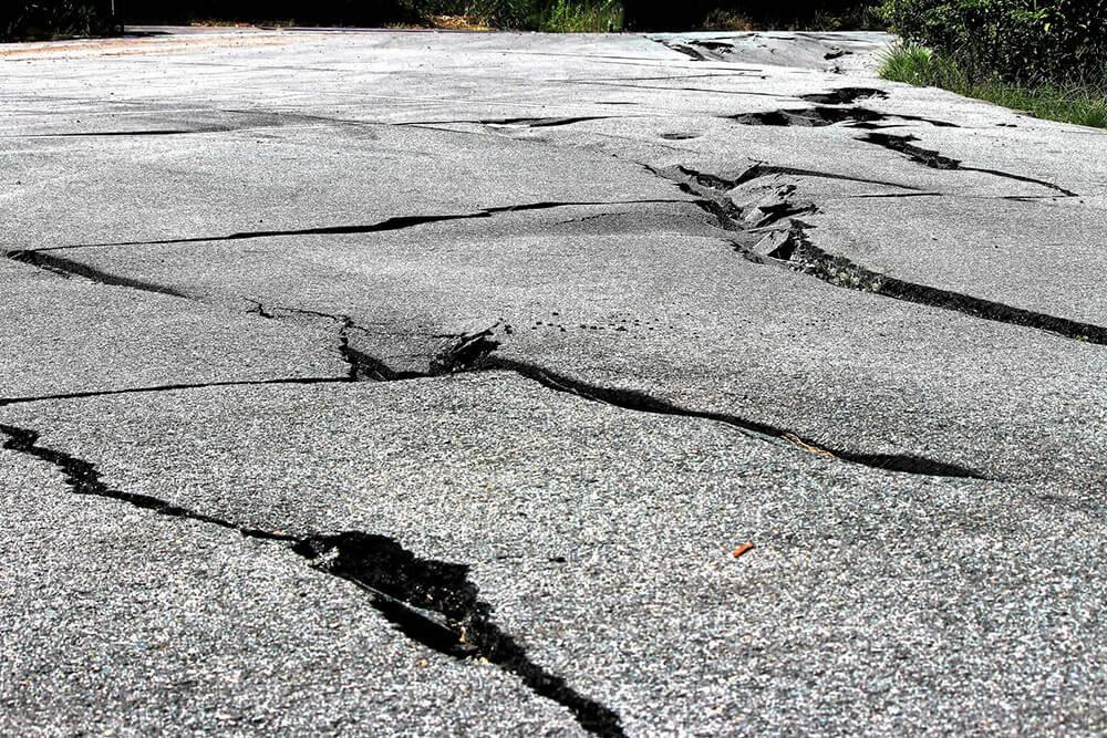 地震で割れた道路のイメージ