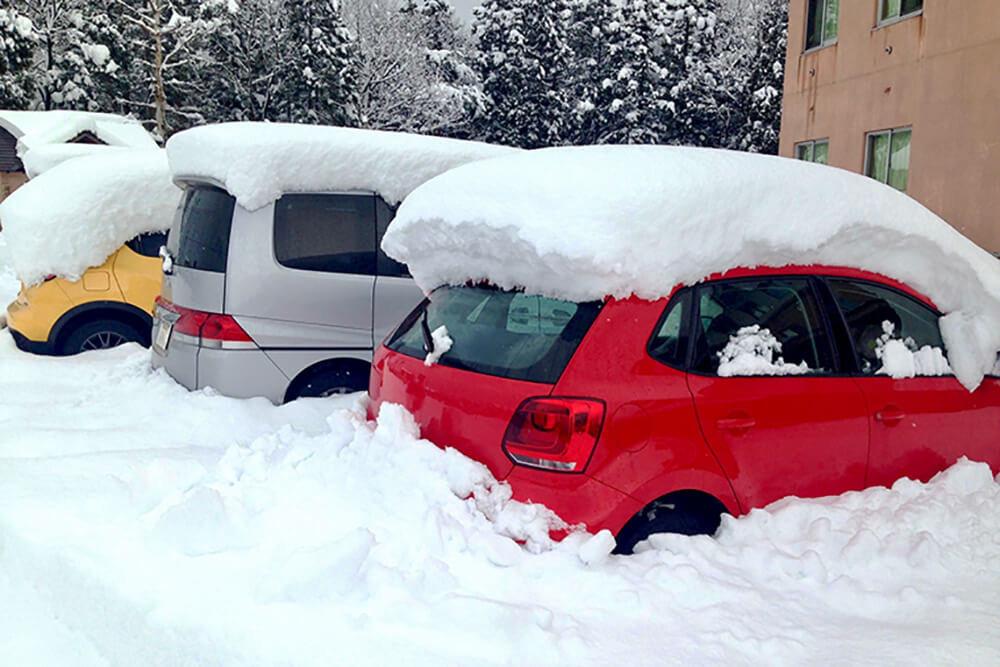 豪雪でクルマのマフラーが埋もれている様子
