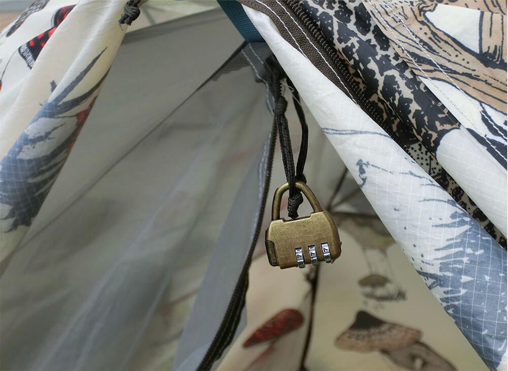 女子ソロキャンプのときには、テントの入口に南京錠をかけるのが鉄則!