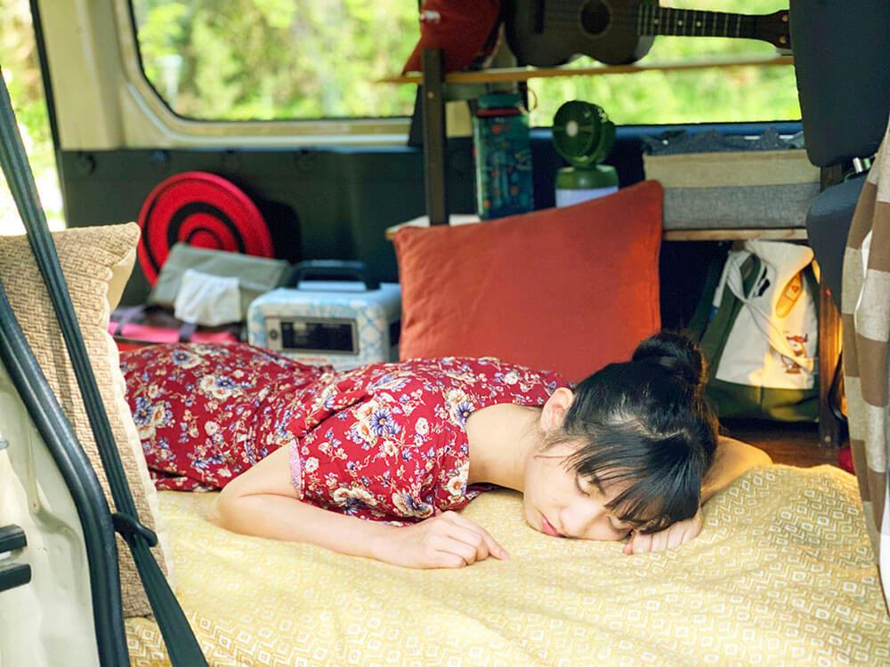 森風美さんがクルマで寝ているイメージ