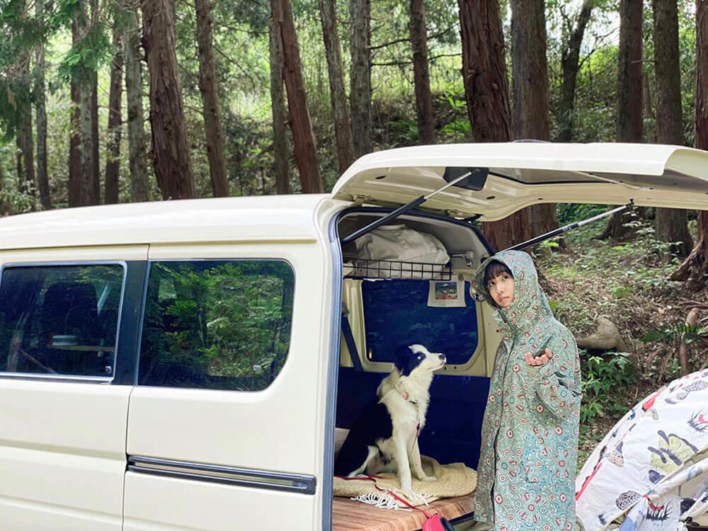 森風美さんがキャンプ場でカッパを着ている様子