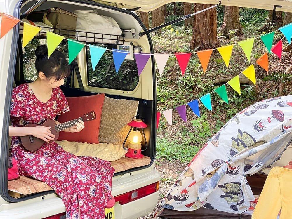 森風美さんが車中泊用のクルマでキャンプをする様子