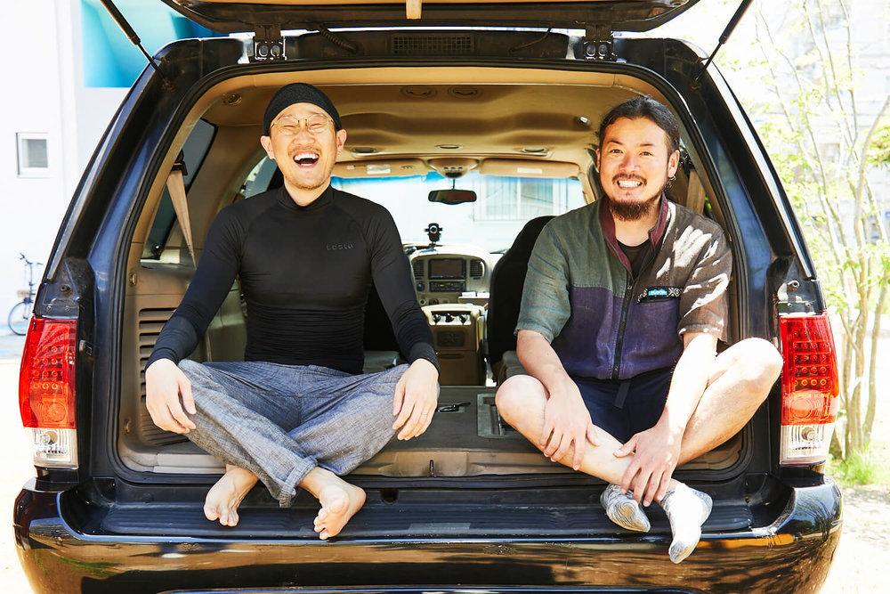 車中泊DIYカスタムでテーブルとベッドを作る。観音クリエイションと鈴木大地さんがリンカーンの荷室に座っている