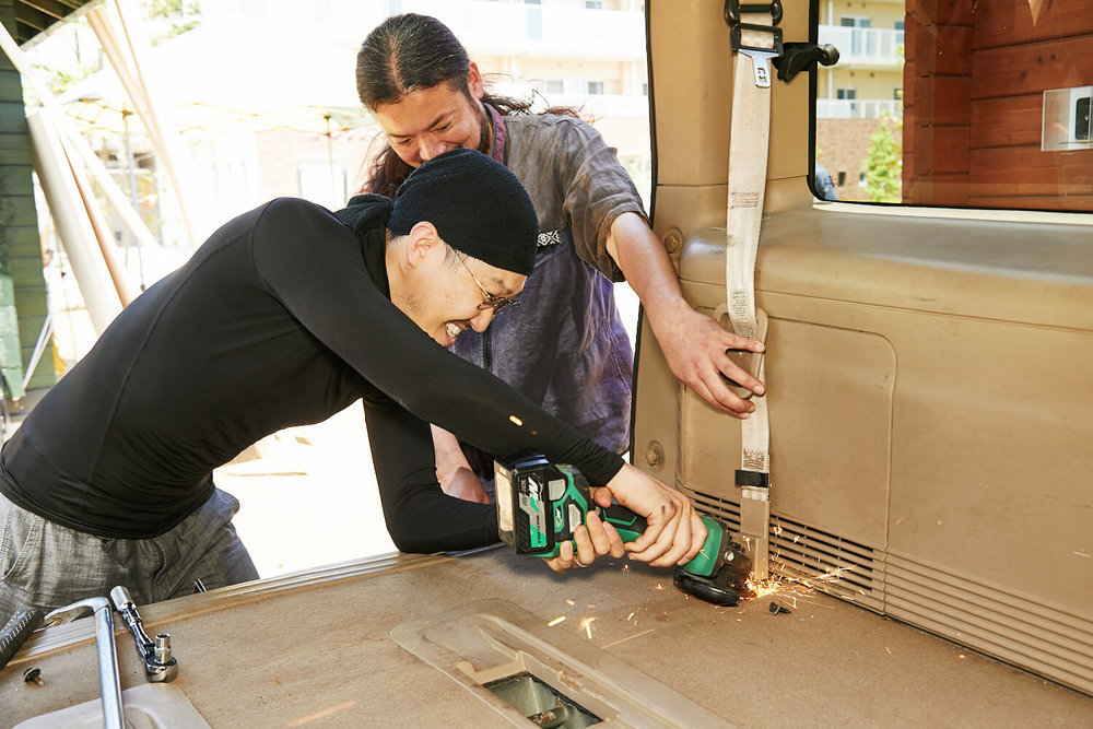 車中泊DIYカスタムでテーブルとベッドを作る。シートベルトをカットする観音クリエイション