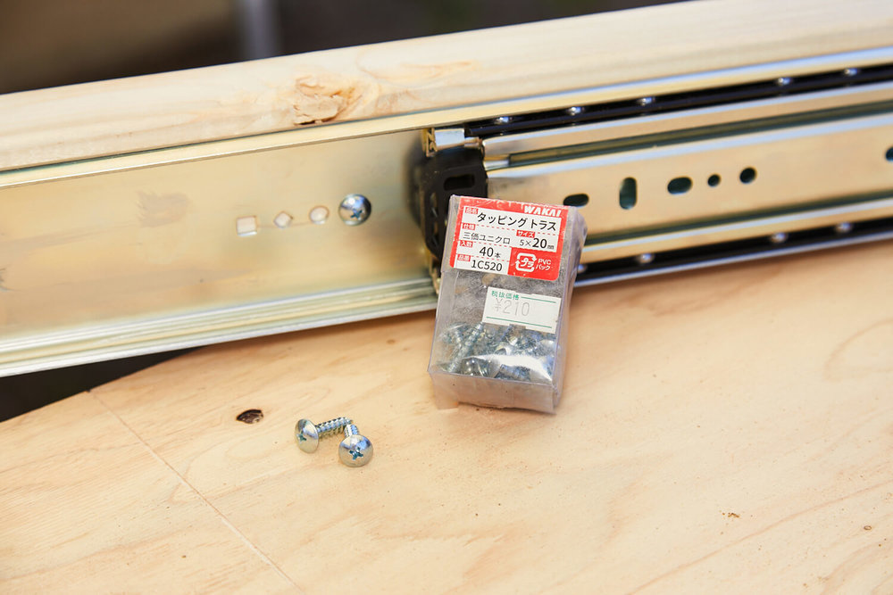 車中泊DIYカスタムでテーブルとベッドを作る。スライドレールとビス