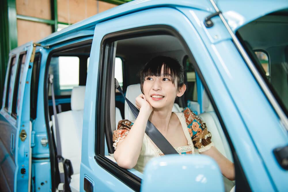 モデストカーズのレトロなカスタムカーに乗る森風美さん