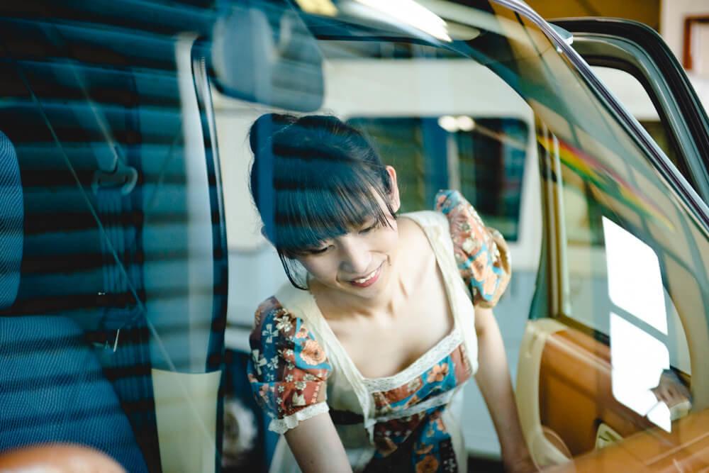 モデストカーズのレトロな内装カスタムを見る森風美さん