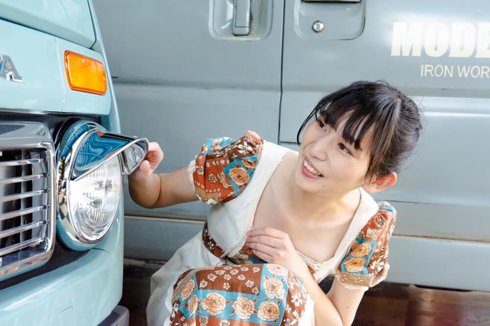 モデストカーズのレトロなフロントライト・カスタム事例を見る森風美さん
