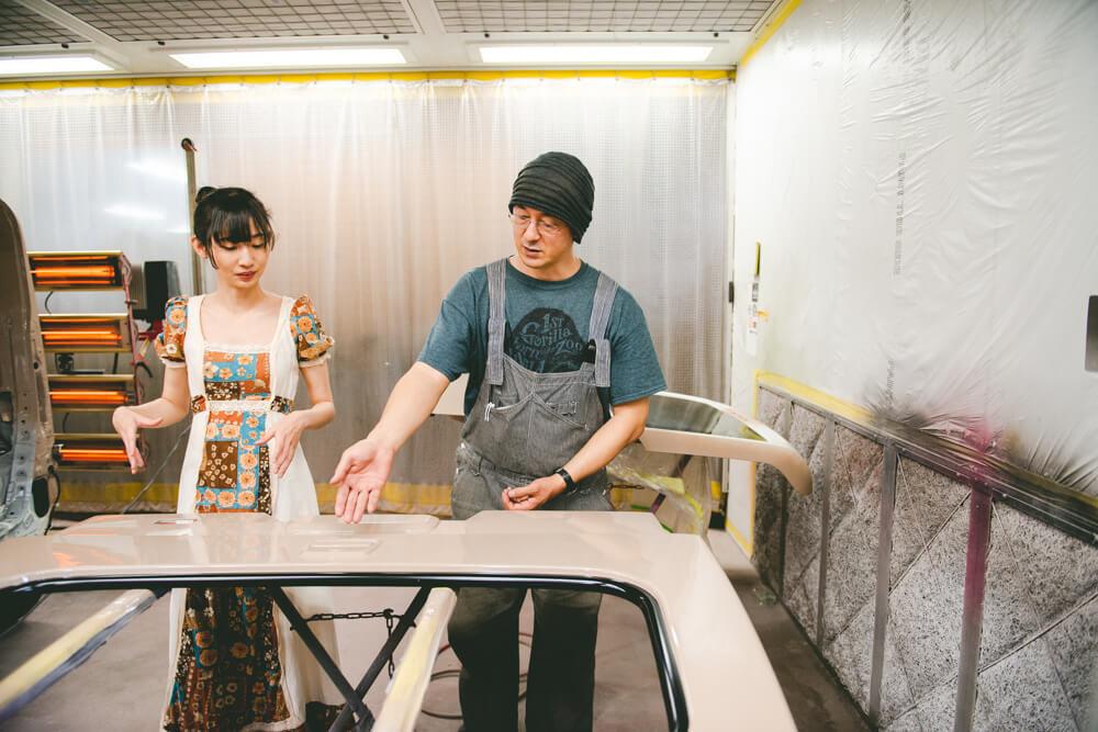 モデストカーズのレトロな外装・塗装カスタムを説明する田中信幸さん