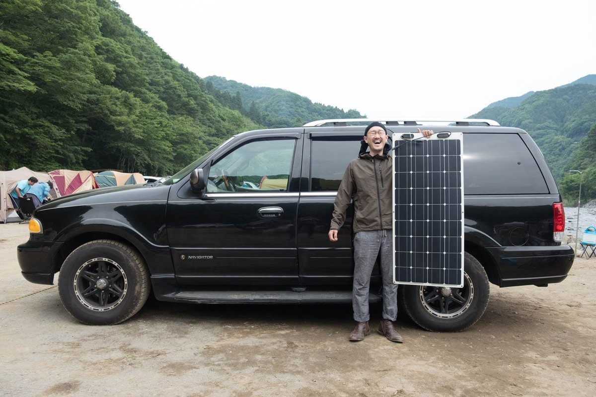 ソーラーパネルを手に持つ観音クリエイション