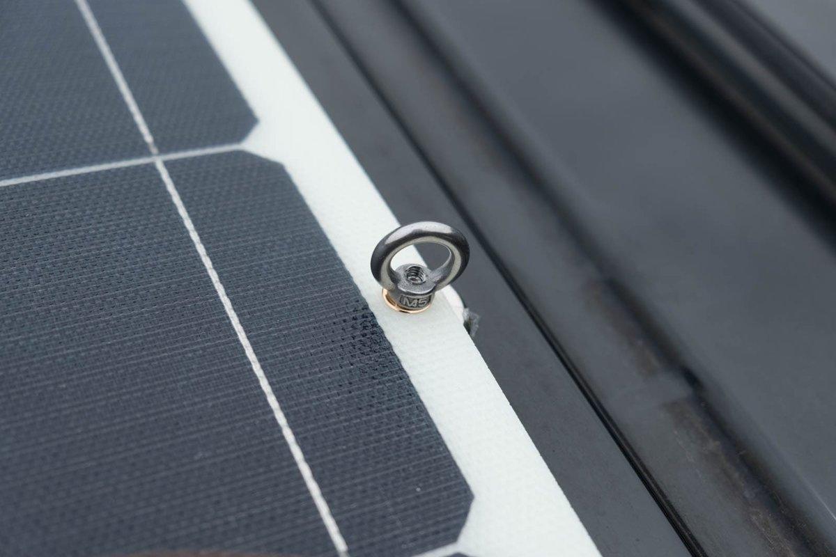 ソーラーパネルをマグネットで固定したところ