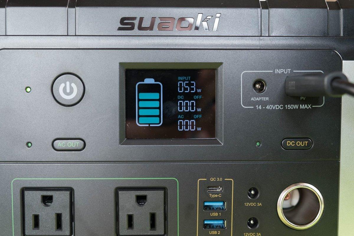 suaokiのポータブル電源 G500のパネルが53Wを示している