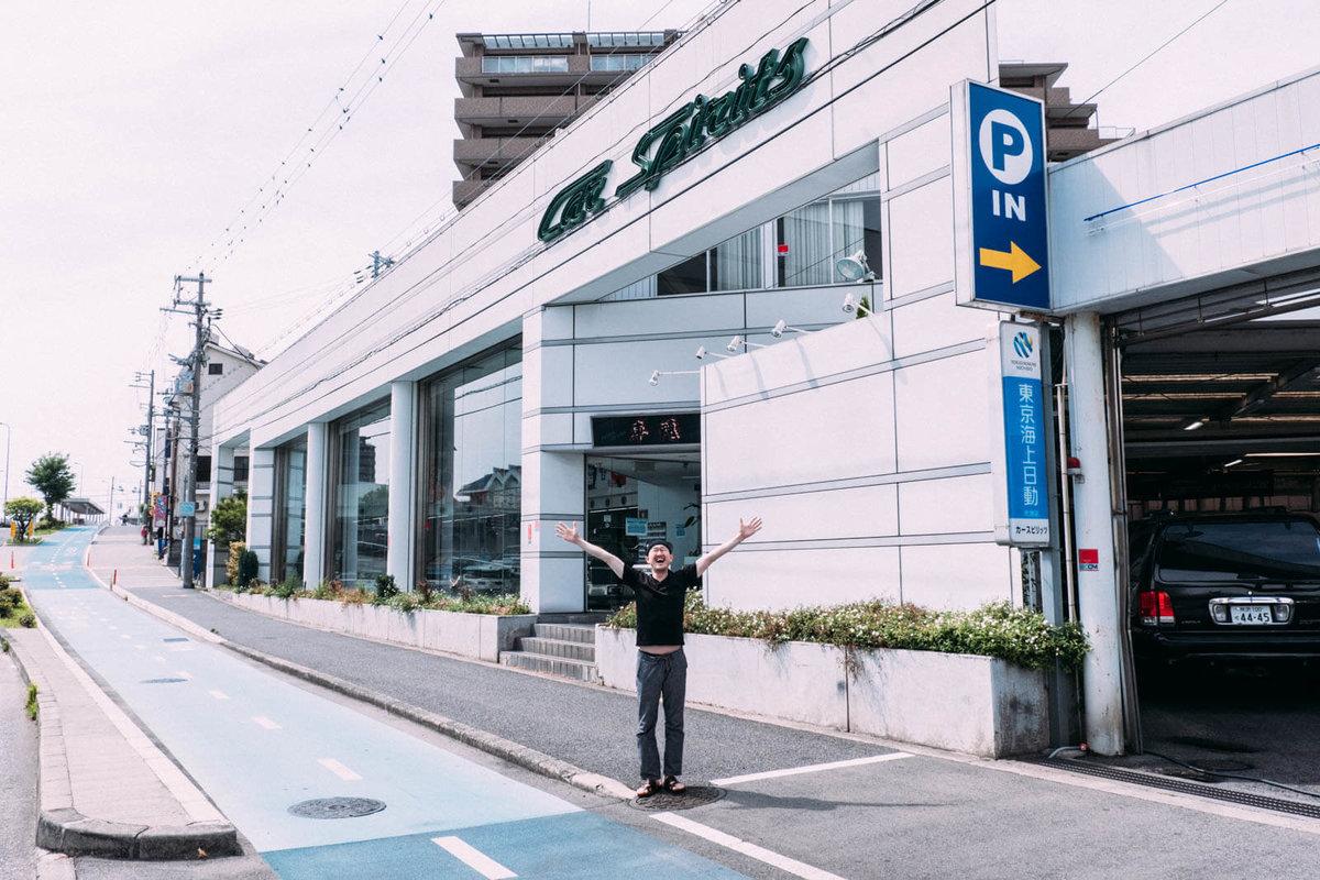 大阪府堺市にある輸入車・国産旧車専門店「カースピリッツ」の前に立つ観音クリエイション