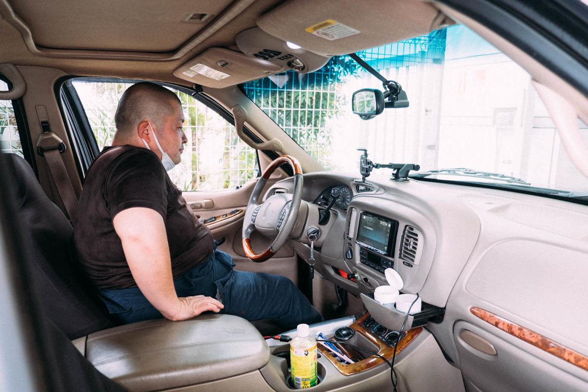 運転席に座る今本店長