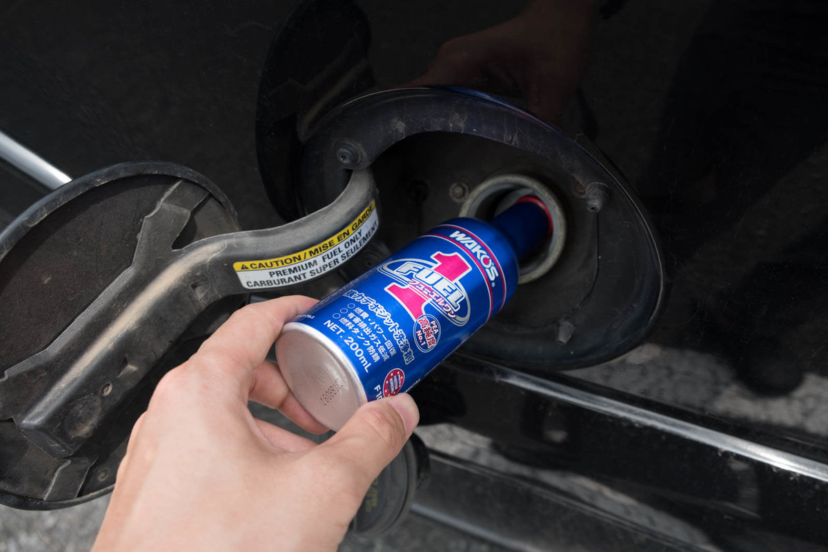 フューエルワンという清浄系燃料添加剤を燃料タンクに入れているところ