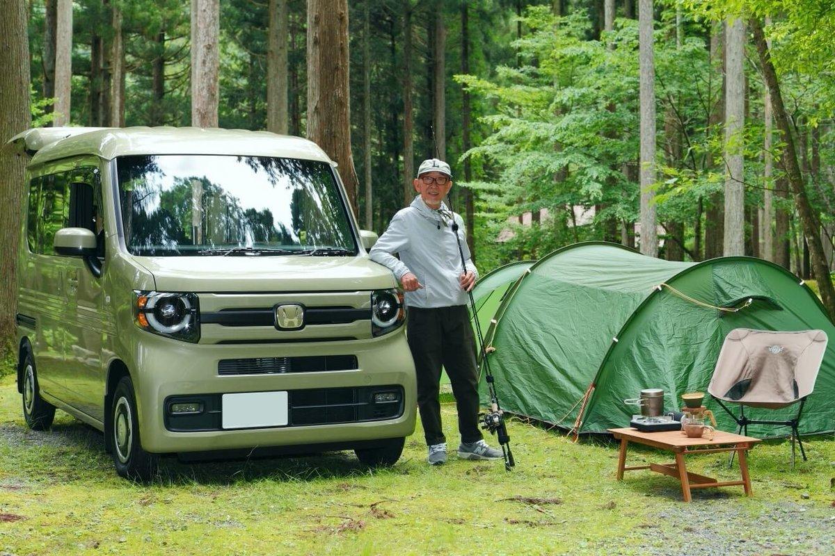 車中泊のためにDIYカスタムした軽自動車N-VAN(エヌバン)の横に立つYouTuber(ユーチューバー)のウィンピージジイさん。N-VANキャンプ