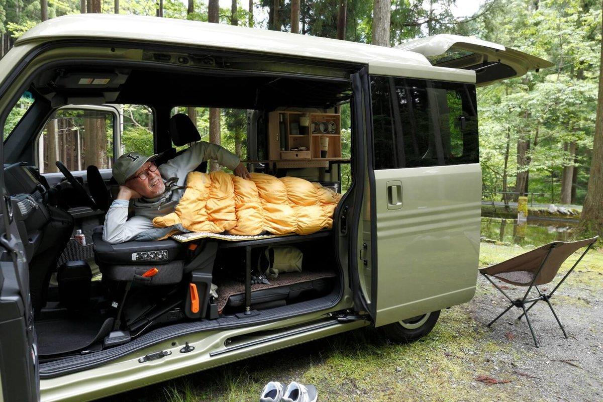 N-VAN(エヌバン)の荷室で、モンベルの寝袋で眠るウィンピージジイさん。N-VAN車中泊キャンプ、改造カスタム