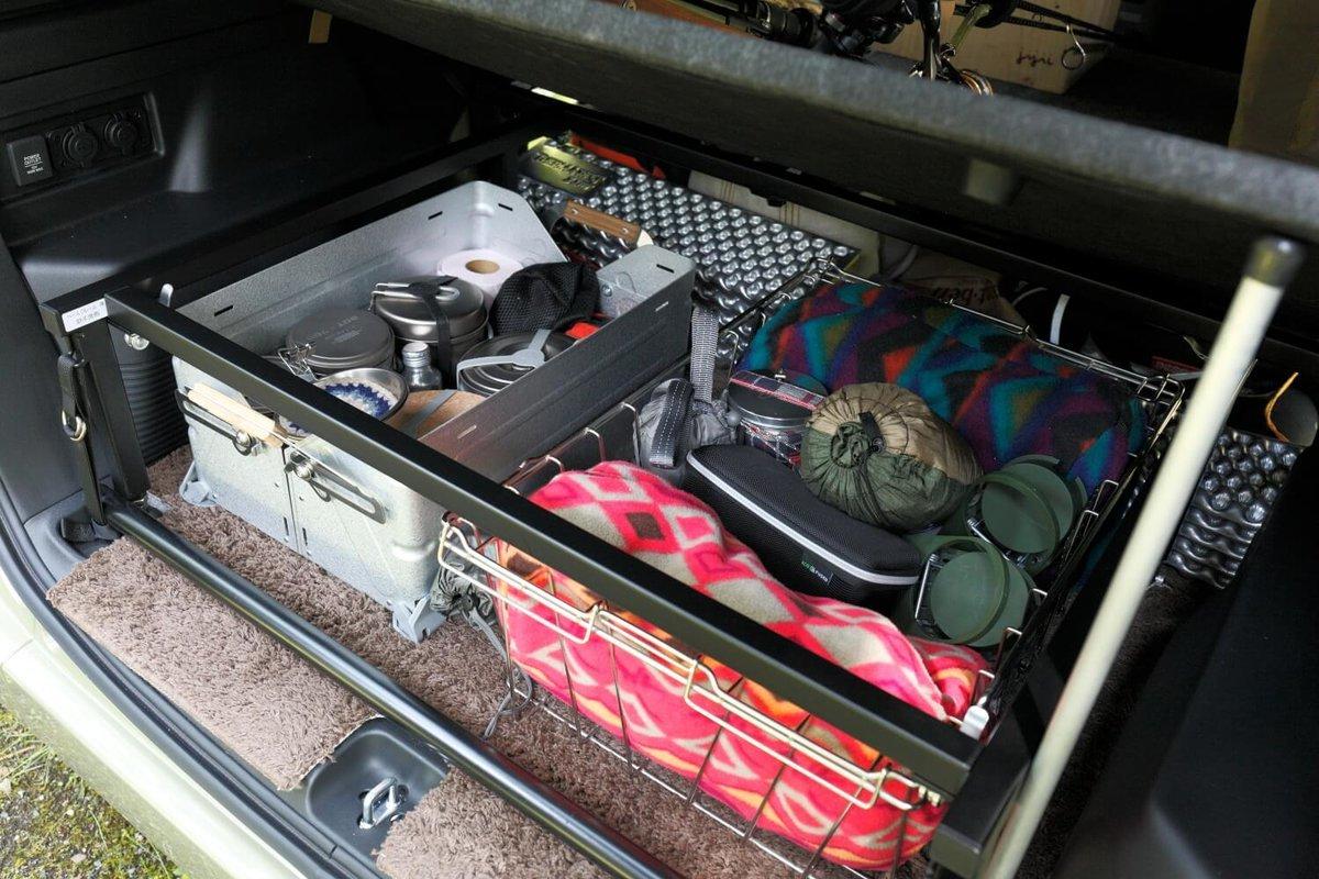 車中泊ベッドの下の収納スペースに食器やブランケットが入っている。N-VAN車中泊キャンプ、改造カスタム