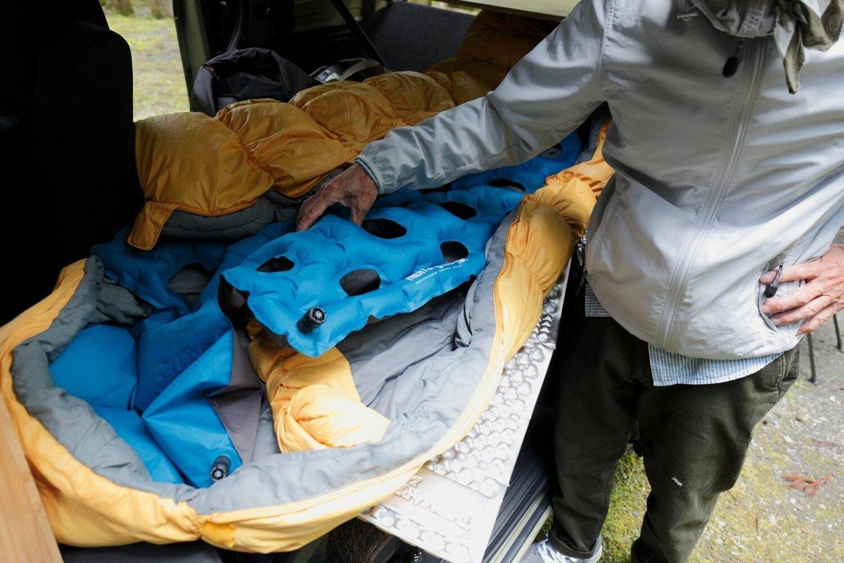 モンベルの寝袋の中にエアーマットを敷いている。N-VAN車中泊キャンプ、改造カスタム