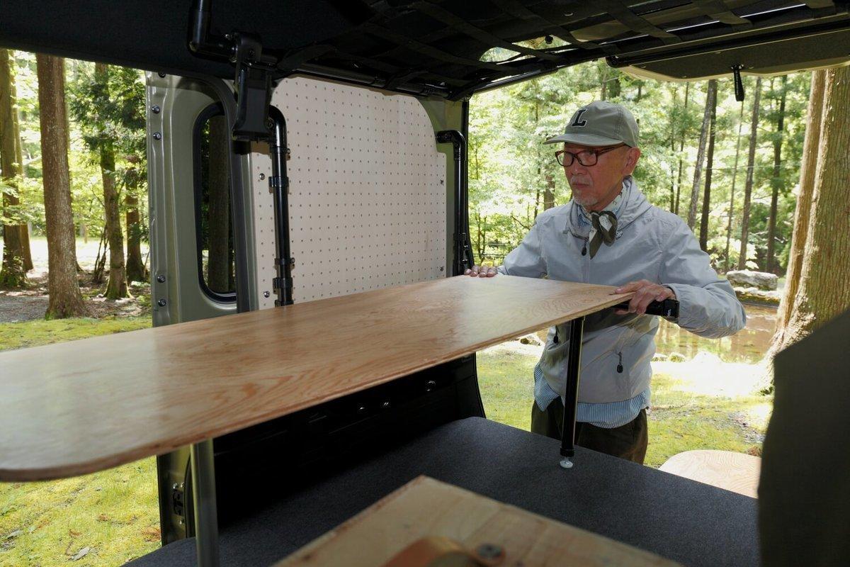 木のテーブルを設置しているところ。N-VAN車中泊キャンプ、改造カスタム